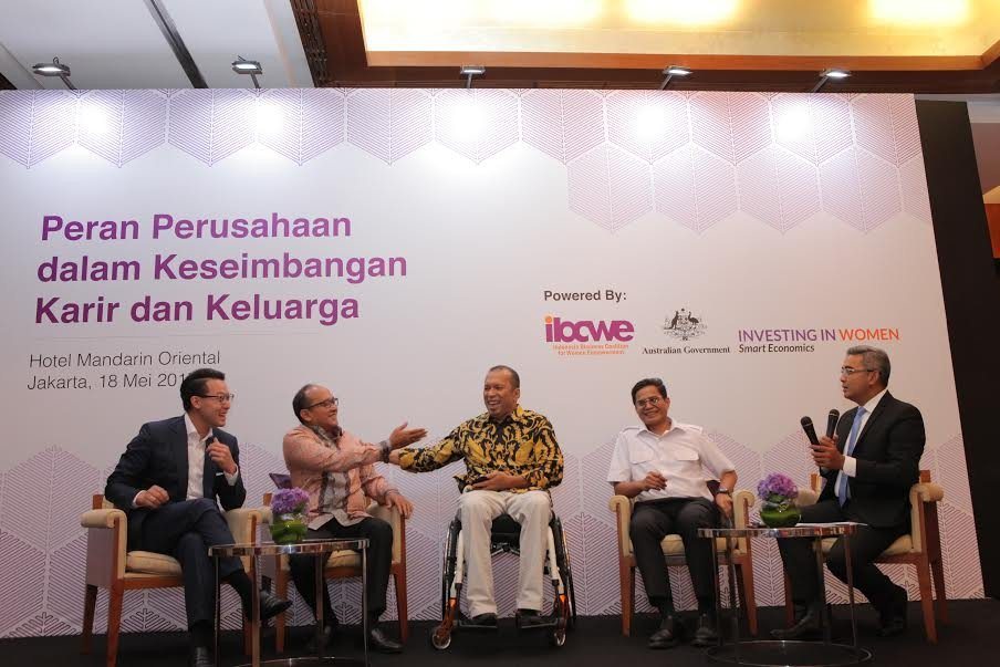 Male business: CEO of General Electric Indonesia Handry Satriago (center) shares a laugh with Rosan P. Roeslani, chair of the Indonesian Chamber of Commerce (Kadin), with Lippo Group Director John Riady (far left), Garuda Indonesia CEO Pahala Mansury (second right) and moderator Farchan. They were panelists on Thursday's commemoration of International Family Day, which falls on May 15, held by the Indonesia Business Coalition for Women Empowerment. (Courtesy of IBCWE/File)